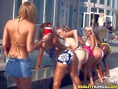 De Memphis divierte en piscina con los amigos