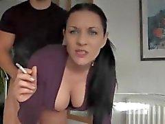 Mami consiguiendo shafted fumar un cigarrillo