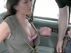 Brunette любительская стучали в кабине в общественных