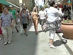 Guarras saca su desnudez públicas