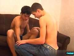 Hot twinks rimjob e gozada