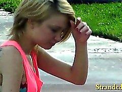 Guilleret seins teen blonde jeune fille baisé avec mec dans une voiture