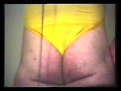 Un minet gay maigre profite d'une branlette en solo