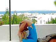Fantastisk blondin visar het magdansös