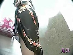 Coppia di fronte a macchina fotografica nascosta