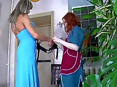 Flicka med en strap -on penetrerar en smutsig crossdresser