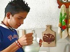 Gey Hispanik oğlanlar mutfak farklı birşey kadar pişirin