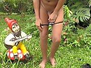 Озорной блондинки Shemale выявляет крошечными сиськи и половой член на свежем воздухе