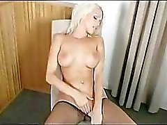 Rondborstige Blonde masturberen in panty