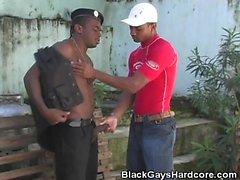 Brezilyalı Guard Onun Way alır!