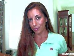 Busty kadar saçlı bir maid Sofia Rivera topless geçerli