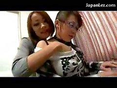 Auf 2 asiatische Mädchen In Der Jeans Röcke Küssen tätschelte einer von ihnen bekommen ihre Pussy Licked Fingered auf das Bett