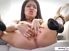 Jessica Jaymes mostra-lhe seus peitos grandes e buceta rosa molhada