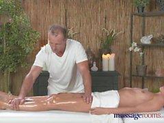 Massage Zimmer Hohe geile Blondine saugt und fickt ihren Weg zu mehreren Orgasmen