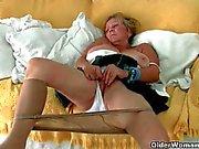 Grossa boobed nonna bisogno di ottenere via i collant