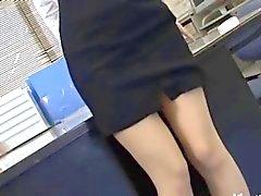 Segretario asiatico da Tokio con il latte sedere