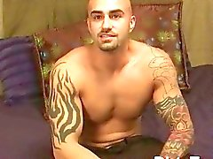Tatuado e galã gay muscular mostra seu corpo tatuado