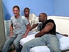 Bianco ragazzo viene gangbanged da uomini neri