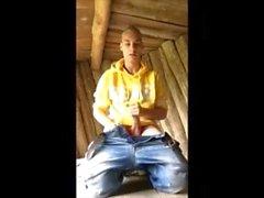 Menino alegre louro dinamarquês (Kasper) & jogando com meu galo na natureza (abrigos)