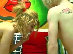Zwei sexy Mädchen haben Spaß auf cam - für mehr Videos besuchen huntgirls