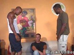 Siyah dongları emen tecrübesiz beyaz adam