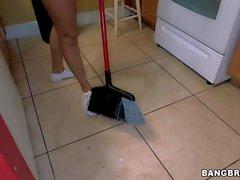 Apple asino di Latina di Eva Saldana pulisce le cucina nudo