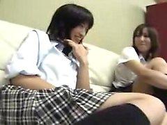 Hot teen lesbisk slickar fitta på kameror