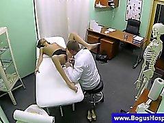 Falska läkare inspekterar babes fitta