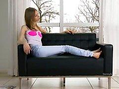 Ultra Skinny Möse Öffnung auf die Couch