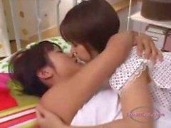 Chica asiática besado Getting sus pequeñas tetas Rubbed Fingered A De Perrito En La Cama