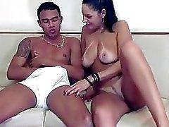 Madura morena cachonda en trío bisexual hot