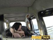 FakeTaxi Sassy rumeno con dei seni perfetti fa di taxi del viso