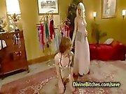 Светлые трахается трансвестит вместе с страпонами