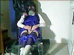 A estudante de Cissy joga com seu clit pequeno até que cums para satisfazer Papai.