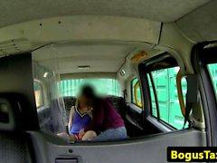 Vollbusige Eurobabe an der Rückseite des Fahrerhaus oralpleasured