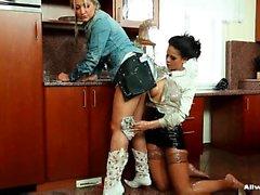Due di belle ragazze adolescente pleasuring a vicenda nella cucina