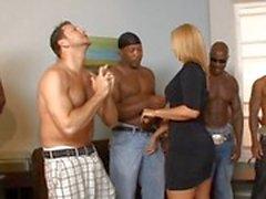 İki ırkçı gangsterler becermek için ateşli milf Mellanie Monroe ile için beg ama ancak 1 seçer