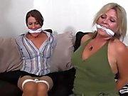 Girlfriends capturés jouer à des jeux tie-up et se bâillonné et hogtied!