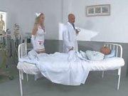 A enfermeira adolescente da Mandy fode suas pacientes