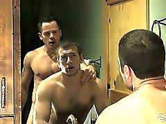 Valentín arados Spencer agresiva en el culo en el baño