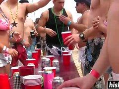 Schöne Küken machen sich auf der Party nackt