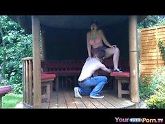 Scolara adolescenti scopa alla BF nei da giardino