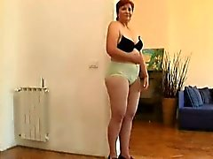 Alte reifen im roten blousedoes Striptease im Wohnzimmer