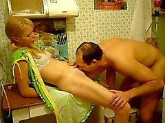 Blondine Gattin fickte am Küchentisch und