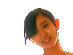 Tunn , mager asiatisk flicka i vit bikini