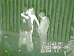 Video de seguridad de trio vuelta al posterior de club en Reino Unido