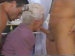 Два мужчины и двойное проникновение для бабушки