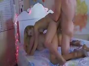 Des Monsters Schwanz stammt aus unter blondes jugendlich Alyssa Branchs Sofa and nails ihr und mommy