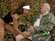 Grampa в коляске получает ебать горячее дитя