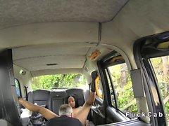 Große Brüste aus Ebenholz Brit interracial sex im einem falschen Taxi